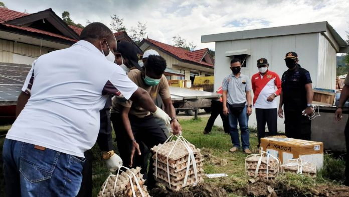 Pemusnahan barang campuran yang telah rusak dan tak layak konsumsi di Mapolres Tolikara, Senin (25/5/20)