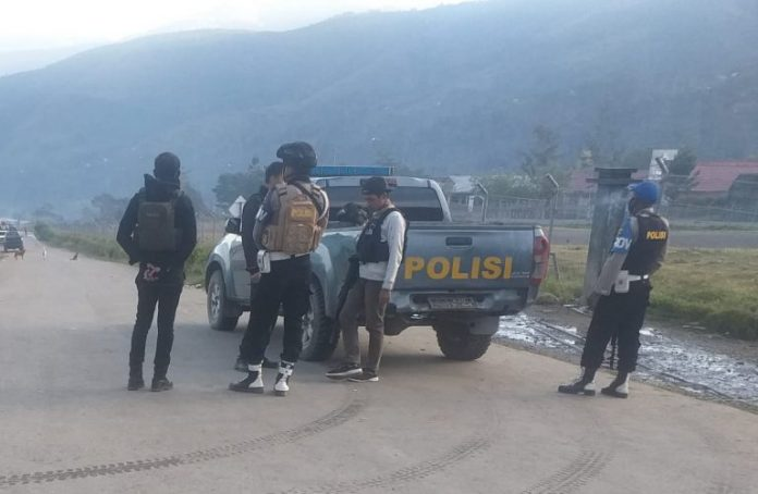 Personil Polres Tolikara saat melaksanakan patroli dan himbauan kepada masyarakat agar selalu mengikuti Protokol Kesehata, Senin (25/5)