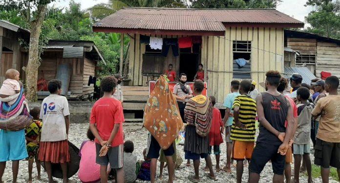 Personel Polres Yahukimo saat menyampaikan pesan-pesan kamtibmas kepada masyarakat Kampung Sukamo, Kabupaten Yahukimo, Rabu (27/5/20)
