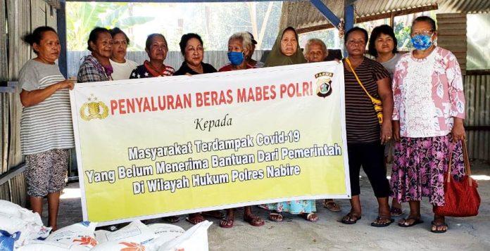 Pendistribusian cadangan beras Polri kepada masyarakat di seputaran Kota Nabire yang terdampak Covid-19